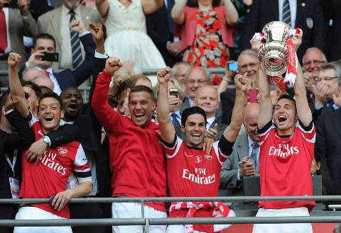 Thomas Vermaelen lifts the FA Cup aloft1