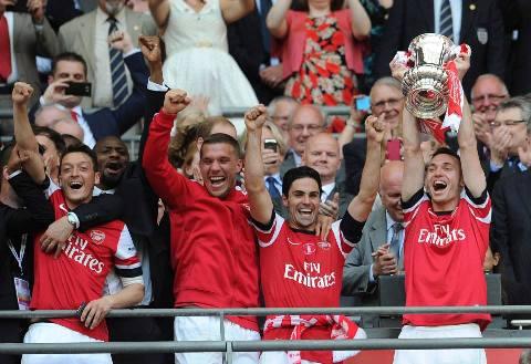 Thomas Vermaelen lifts the FA Cup aloft1